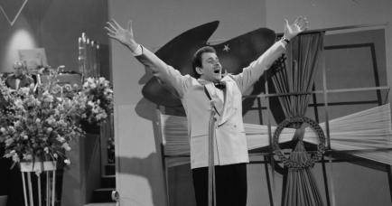 Domenico Mudugno performing Nel Blu Di Pinto Di Blu, also known as Volare, in 1958..jpg