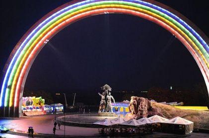 arco-iris-kiev-iluminado-noche