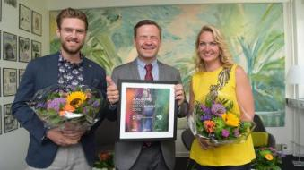 Johannes Nymark og Annette Heick sammen med Aalborgs borgmester, Thomas Kastrup-Larsen, under afsløringen af næste års værtsby onsdag formiddag.jpg